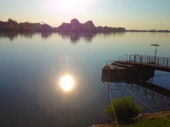 Motoryacht auf dem Rhein hat bei Eich Grundberührung