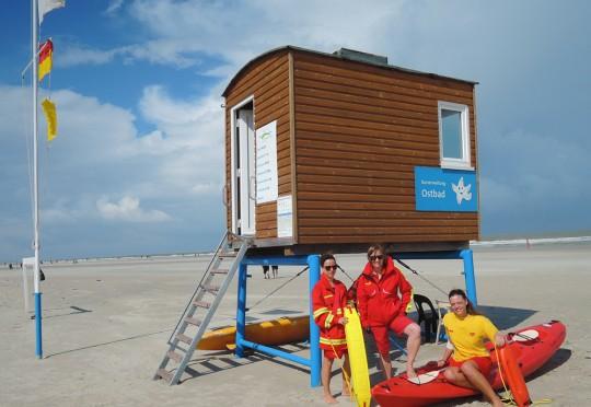 """""""Westbad"""" Marina Ulrich, Ulla Niemann und Luisa Rehkopf bei Nordseewind am Westbad von Langeoog. Foto: Ann-Kathrin Grimm"""