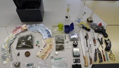 All diese Dinge wurden in der Wohnung sichergestellt. (Bild Polizei)