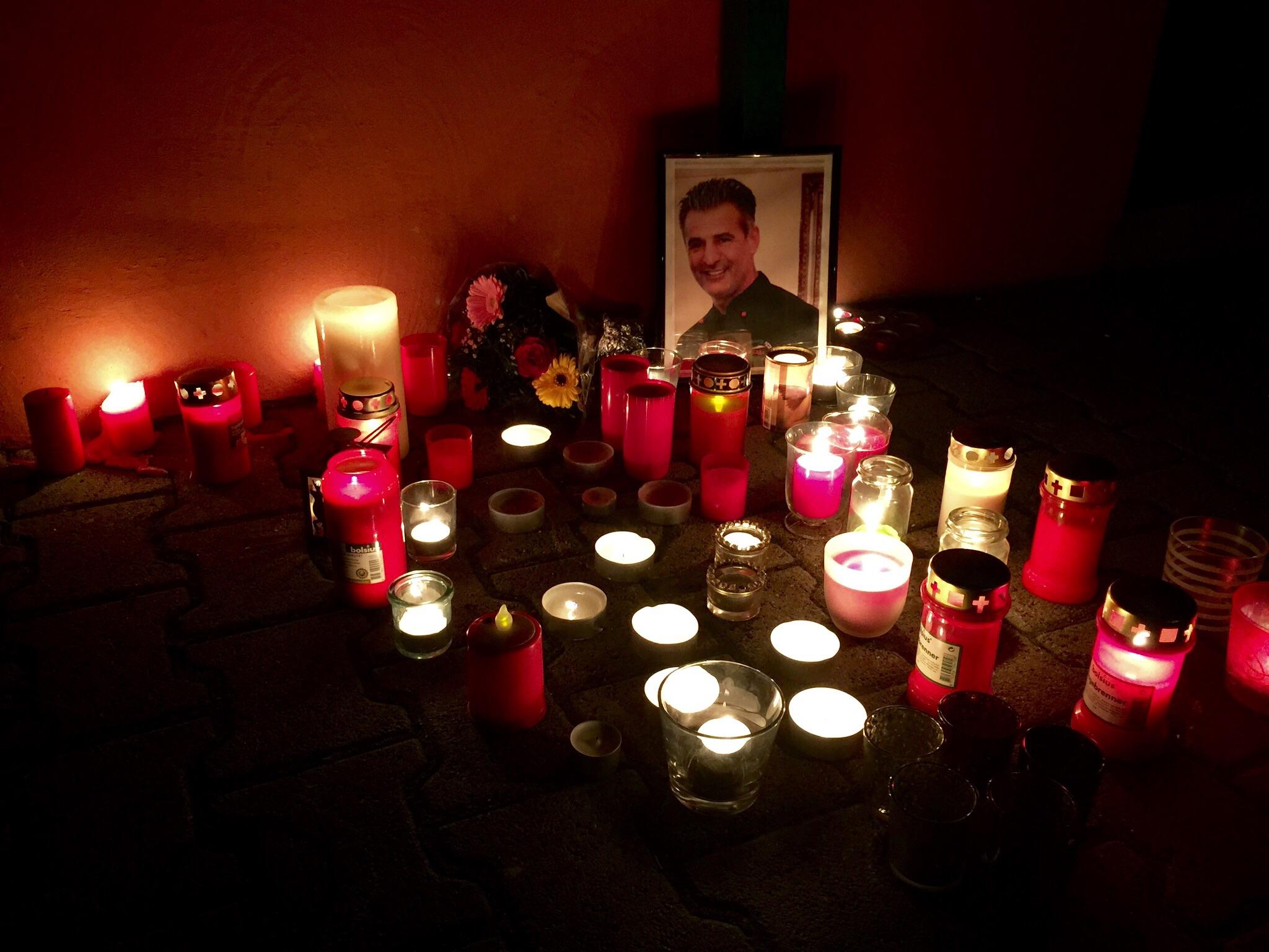 Trauernde haben am Tartort Kerzen und Blumen abgelegt.