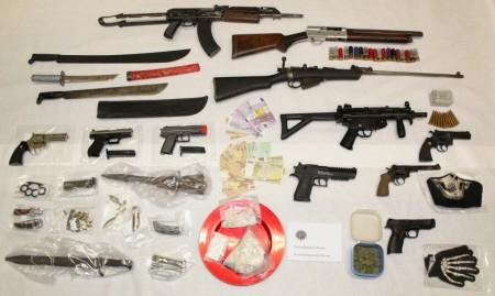 Das beschlagnahmte Waffenarsenal der Rockerbande. (Bild: Polizei)