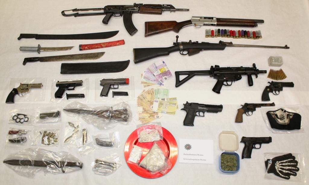 Das beschlagnahmte Waffenarsenal der Rocker. (Bild: Polizei)