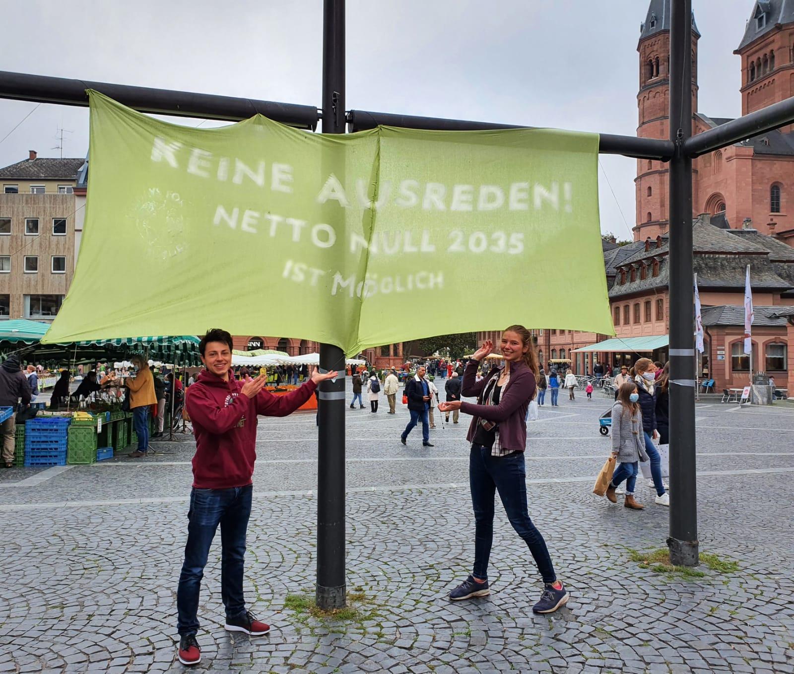 CO2-neutral bis 2035: Banneraktion von Fridays for Future Mainz